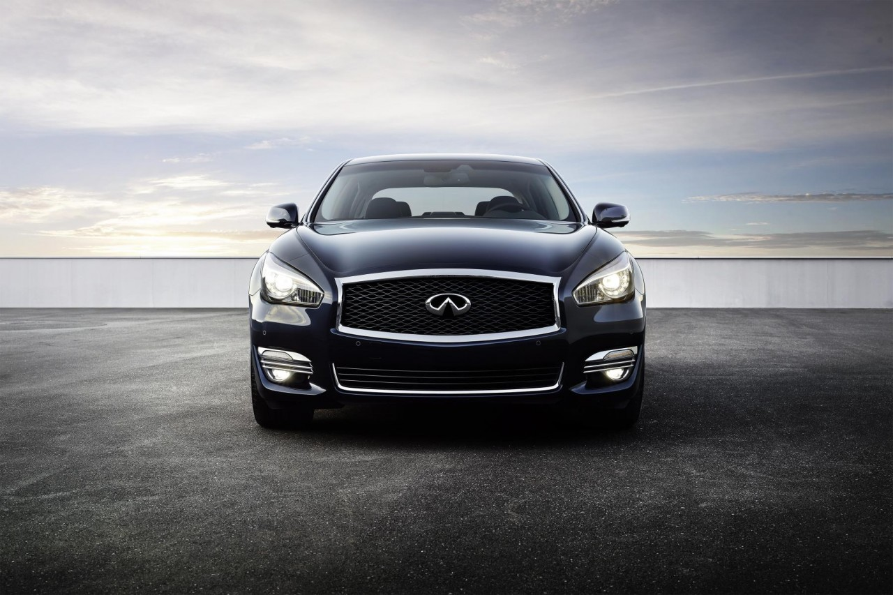 The 2015 Infiniti Q70L front view.