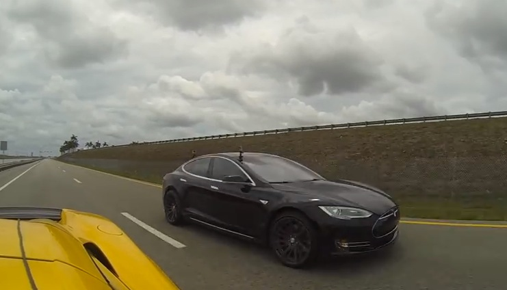 Tesla Model S P85D vs McLaren 650S Spider (video)